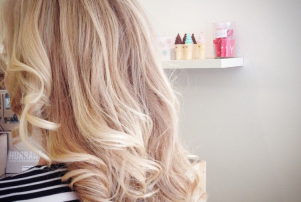 ibizastyle blond beachwaves hairdo